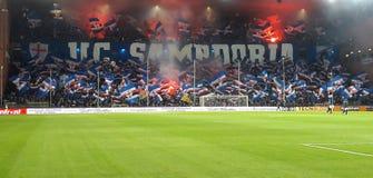 U C 桑普多利亚队在夜足球比赛前爱好者,在热那亚路易费拉里斯体育场,赫诺瓦意大利 库存照片