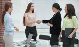U?cisk d?oni kierownik i klient w biurowym pokoju zdjęcie royalty free