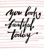 U kijkt vandaag mooi Kalligrafische van letters voorziende getrokken hand Stock Foto