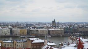 U kunt de dijk van de Donau en de Basiliek van St Istvan zien Royalty-vrije Stock Foto