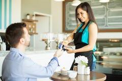 U kunt met uw creditcard betalen Stock Foto