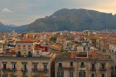 U kunt verbazende cityscape van Palermo zien Mooie betegelde daken van oude huizen De berg van Nice op de achtergrond Palermo sic royalty-vrije stock fotografie