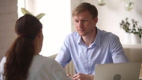 U-manager die aan kandidaat die bij baangesprek spreken vragen stellen stock video