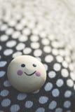 Uśmiech ikona na tkaniny powierzchni z punktami Zdjęcia Stock
