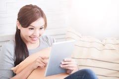 Uśmiech kobiety chwyta cyfrowa pastylka Obraz Stock