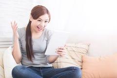 Uśmiech kobiety chwyta cyfrowa pastylka Fotografia Royalty Free
