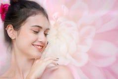 Uśmiech twarzy kobieta z czystym twarzy skóry dotykiem swój twarz, Obrazy Royalty Free