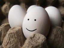 Uśmiechu jajko na ciemnym tle zdjęcia royalty free
