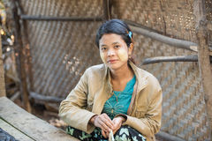 U Mrauk, το ΜΙΑΝΜΆΡ - 14 Δεκεμβρίου 2014: Μη αναγνωρισμένο κορίτσι του Μιανμάρ με Στοκ εικόνα με δικαίωμα ελεύθερης χρήσης
