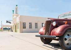 U Opuszcza austerię, Shamrock, Teksas, usa z Wznawiającą ciężarówką Fotografia Royalty Free