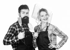 u r r Ερωτευμένα εργαλεία κουζινών λαβής ζεύγους Γενειοφόρα hipster και κορίτσι ατόμων στοκ φωτογραφία με δικαίωμα ελεύθερης χρήσης