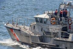 U S Ακτοφυλακή τίτλος Menemsha ναυαγοσωστικών λέμβων μηχανών 47 ποδιών από το Νιού Μπέντφορτ στοκ εικόνες