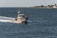 U S Ακτοφυλακή τίτλος Menemsha ναυαγοσωστικών λέμβων μηχανών 47 ποδιών στο Νιού Μπέντφορτ στον ποταμό Acushnet στοκ φωτογραφία με δικαίωμα ελεύθερης χρήσης