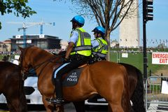 U S Αστυνομία πάρκων σε μια συναυλία γήινης ημέρας στην εθνική λεωφόρο στοκ φωτογραφίες