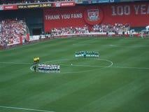 U S και γερμανικές εθνικές ομάδες ποδοσφαίρου έτοιμες για το παιχνίδι στοκ φωτογραφία