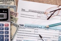 U S φορολογική 1040 επιστροφή για το έτος του 2017 με τη μάνδρα, δολάριο Στοκ Φωτογραφία
