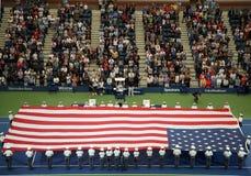 U S Военная академия на кадетах западного пункта развертывая американский флаг перед u S Финальный матч тенниса открытых людей стоковое фото