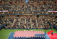 U S Военная академия на кадетах западного пункта развертывая американский флаг перед u S Финальный матч тенниса открытых людей стоковое фото rf