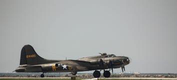 U S Военно-воздушные силы B-17 армии подготавливают для взлета на авиасалоне Кливленд стоковое изображение rf