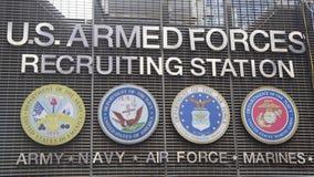 U.S. Станция вооруженных сил страны завербовывая в Таймс площадь, Нью-Йорке стоковое изображение