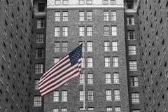 U S Флаг и кирпичное здание Стоковые Изображения RF