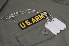 U S 军队有卡箍标记的分支磁带在橄榄绿制服 免版税库存照片