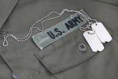 U S 军队有卡箍标记的分支磁带在橄榄绿制服 库存照片