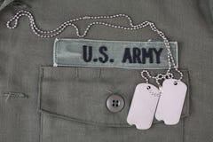 U S 军队有卡箍标记的分支磁带在橄榄绿制服 免版税图库摄影