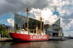 U S 在全国Aquari前面靠码头的灯塔船切塞皮克犬 库存照片