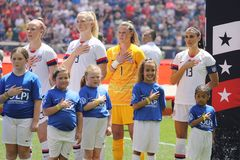 U S 女子的全国足球队员上尉在国歌期间的亚历克斯・摩根#13在对墨西哥的友好的比赛前 免版税库存图片