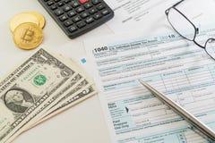 U S 收入税单形式、笔、计算器、玻璃和金钱在白色桌上 库存照片