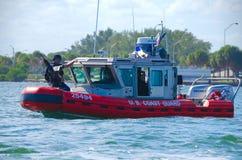 U S 海岸卫队有M60的A级小船在前面 图库摄影