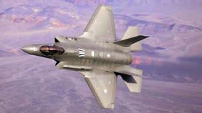 U S 空军队F-35联接罢工战斗机(闪电II)喷气机飞行 免版税库存图片