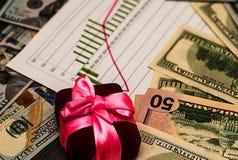 U S 美元与一条桃红色丝带的钞票作为金钱礼物  免版税库存照片