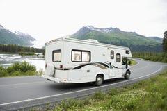 U.S.A., Alaska, azionamento di veicolo ricreativo sulla strada Fotografia Stock