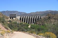 U.S.A., Arizona: Bartlett Lake Dam e letto di fiume di Verde Fotografia Stock