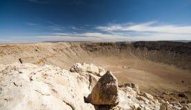U.S.A., Arizona, cratere della meteora vicino all'albero per bandiera Immagine Stock Libera da Diritti