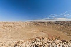 U.S.A., Arizona, cratere della meteora vicino all'albero per bandiera Immagini Stock