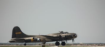 U S arméflygvapen B-17 förbereder sig för start på den Cleveland flygshowen royaltyfri bild