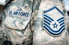 U.S. Armeeluftwaffenemblem und -rang auf Soldatuniform Stockfotos