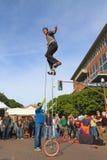 U.S.A., AZ/Tempe - uniciclista Jamey Mossengren (2) - raggiungere la cima di un ciclo da 12 ft Fotografie Stock Libere da Diritti