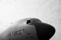 U S Badge mit einem Adler, der eine Klinge, ein Schild und ein Militärflugzeug anhält Stockfotografie