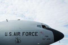U S Badge mit einem Adler, der eine Klinge, ein Schild und ein Militärflugzeug anhält Stockfoto
