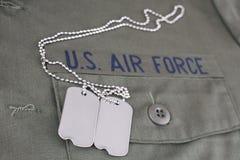 U S Bande de branche de l'ARMÉE DE L'AIR avec des étiquettes de chien sur l'uniforme vert olive photo libre de droits