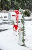 U.S. buzón para la correspondencia. Caja blanca con una campana y un r rojo fotos de archivo libres de regalías