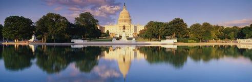 U.S. Capitolbyggnad med reflexion i vatten Arkivbild
