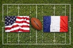 U.S.A. contro Bandiere della Francia sul campo di rugby Immagini Stock Libere da Diritti