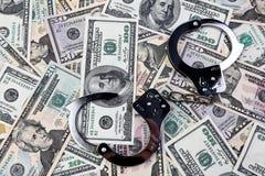 U.S. dólares das notas de banco e as algemas. Imagens de Stock Royalty Free