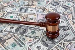 U.S. dólares de billetes de banco y martillo del juez Imagenes de archivo
