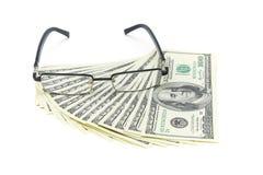 U.S. dólares y vidrios en el fondo blanco Foto de archivo libre de regalías